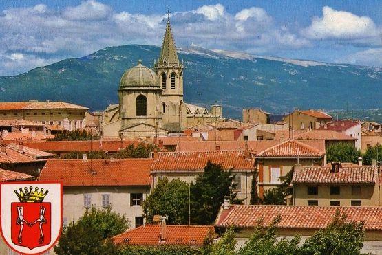 Carpentras les toits de la ville et le clocher de la cathédrale