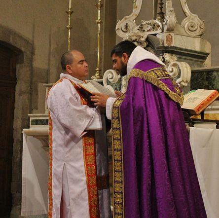 3 - le célébrant baise l'évangéliaire