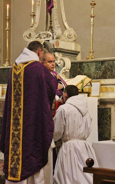 3 - le sous-diacre reçoit la bénédiction du célébrant après l'épître