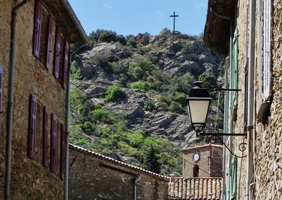 Croix des Maures dominant le village