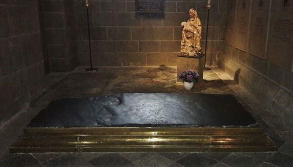 Pierre des fièvres - Cathédrale du Puy
