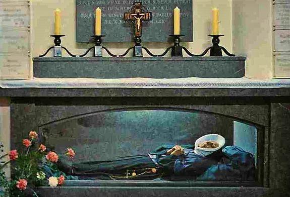 Autel avec la châsse de Sainte Thérèse Couderc - carte postale postérieure à la canonisation