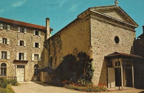 Cour intérieure de la maison de fondation du Cénacle avec façade de la chapelle