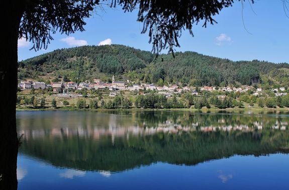 Saint-Martial se reflétant dans les eaux de son lac