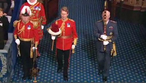 monarchie britannique - épée et chapeau