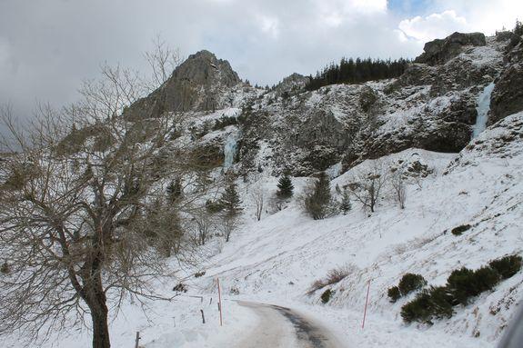 Route et rochers glacés cirque de Boutières janvier 2019