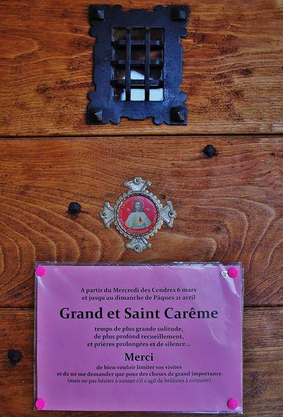 affichette à la porte du Mesnil-Marie pendant le Carême