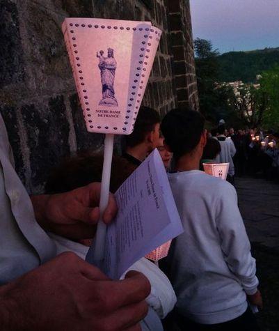 procession aux flambeaux vers Notre-Dame de France