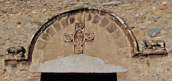 Façade principale de l'abbatiale Sainte-Marie d'Arles-sur-Tech monstres sculptés