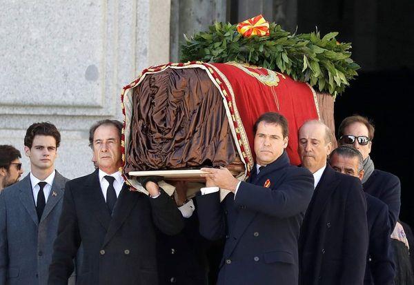 Prince Louis de Bourbon portant le cercueil du Général Franco