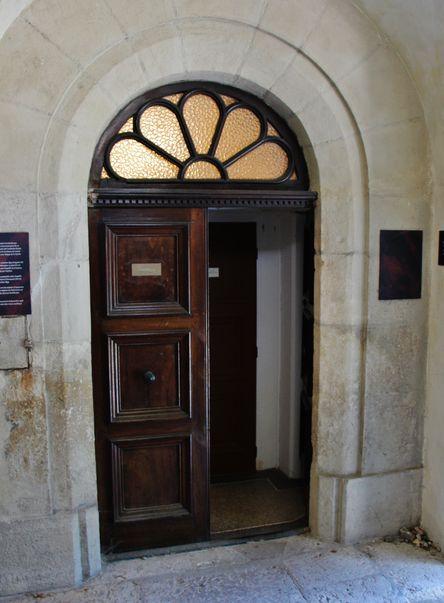 Porte de la chapelle en haut du perron