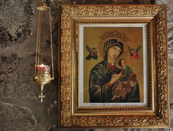 Notre-Dame du Perpétuel Secours dans l'entrée du Mesnil-Marie