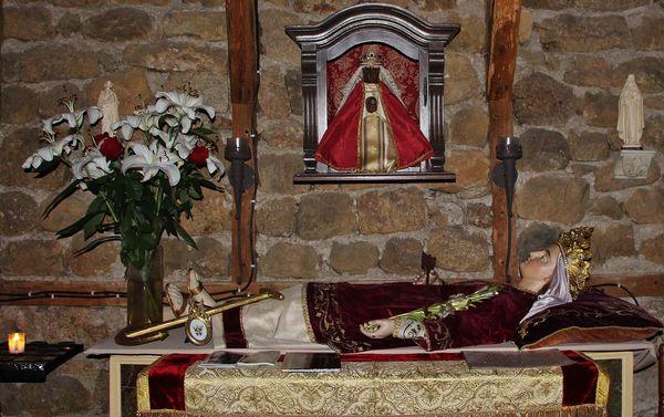 Gisant de Sainte Philomène et statue de Notre-Dame du Puy dans l'oratoire du Mesnil-Marie