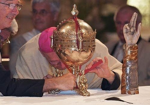 fermeture et scellement de la coupe reliquaire du chef après ostension et bras reliquaire de Saint Martial