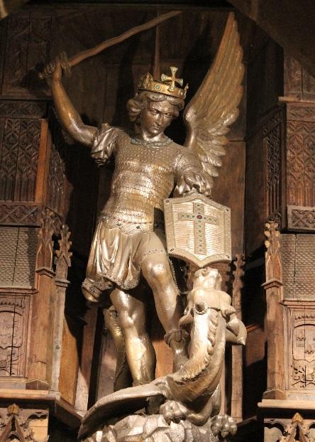 Statue d'argent de Saint Michel dans l'église paroissiale du Mont-Saint-Michel