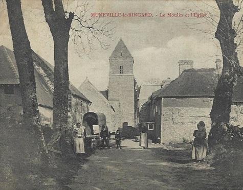 Muneville le Bingard - le village et l'église carte postale ancienne